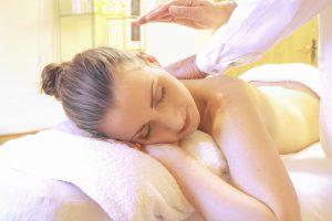 Gravid kvinna på massagebänk får gravidmassage